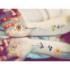 ☝︎ ちっちゃいタトゥー入れたいな〜なんて調べてたら、本物の花を使うの可愛すぎてひえぇってなったわ。 夏になったらやってみようっと。たのしみ。  #押し花タトゥー #サマータイムです #Tattoo #Flower