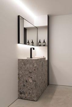 "Hoog en smal bovenlicht nu met kunstlicht.Wash basin ""Plug"" in Ceppo di Gre by Agra Roeselare"