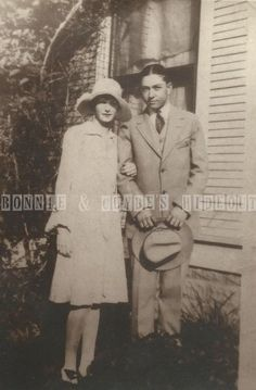 Young Clyde Barrow with his first, then serious girlfriend, Eleanor Bee Williams Bonnie Parker, Bonnie Wright, Bonnie Clyde, Bonnie And Clyde Quotes, Bonnie And Clyde Halloween Costume, Vintage Posters, Vintage Photos, 1920s Gangsters, Amazing Halloween Makeup