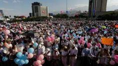 Image copyright                  Reuters Image caption                                      Los manifestantes en la ciudad de Monterrey vistieron de blanco y portaron globos y pancartas                                Miles de mexicanos marcharon este sábado en contra de una iniciativa del presidente Enrique Peña Nieto para legalizar el matrimonio entre personas del mismo sexo en todo el país. Fue una una movilización sin precedentes desde