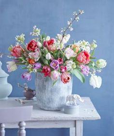 Frühlingsstrauß aus Tulpen, Kirsche und Milchstern