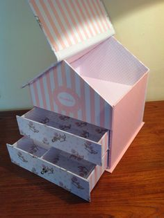 DE CARTÓN Y TRAPO: La casita de Alejandra Cardboard Organizer, Cardboard Box Crafts, Newspaper Crafts, Stationary Box, Craft Projects, Projects To Try, Craft Box, Dollar Store Crafts, Diy Paper