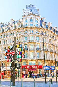 Leicester Square, London. Tips for Planning a London Vacation. www.kevinandamanda.com. #travel #london #england