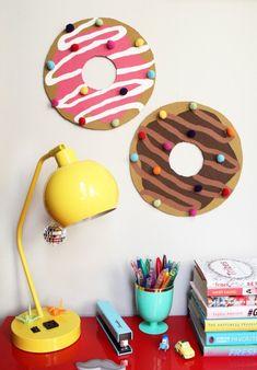runde pinnwände aus kork in form von krapfen basteln, stecknadeln mit bunten pompoms dekorieren