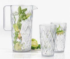 Efektowne szklanki oraz dzbanek z serii Crystal niemieckiej marki Koziol. Produkty zostały wykonane z najwyższej jakości tworzywa sztucznego.  Doskonale nadają się do serwowania zimnych napojów i drinków szczególnie latem.