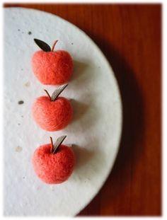 羊毛フェルト☆りんごのブローチ Felt Fruit, Felt Food, Felt Diy, Handmade Felt, Wet Felting, Needle Felting, Felt Coasters, Felt Gifts, Needle Felted Animals