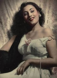 Madhubala (Mumtaz Jehan Begum Dehlavi): Most Beautiful Actress - Read her Biography, Checkout her Images, Photo Gallery, Video and more. Anushka Sharma, Beautiful Bollywood Actress, Beautiful Actresses, Beautiful Heroine, Shahrukh Khan, Ted, Twitter Image, Hd Backgrounds, Wallpapers