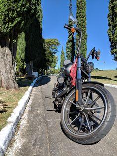 Harley Davidson Breakout, filtro de ar Screamin Eagle, ape hanger 14'' diablo, lanterna Day Maker e sissy bar Wing Custom.