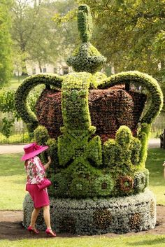 If you can't see the Queen how about her topiary crown? (This is great, but I got to see the Queen too!)