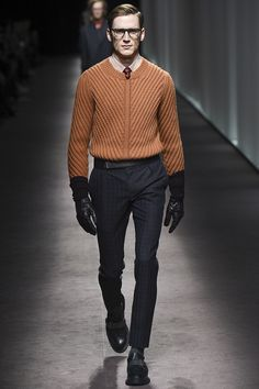 In the picture the man is wearing a sweater that identifies diagonal lines, these lines are thin and structural.