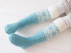 Life with Mari: Frozen- villasukat ♥ OHJE Knitting Socks, Baby Knitting, Knit Socks, Crochet Books, Knit Crochet, Yarn Crafts, Diy And Crafts, Winter Socks, Pretty Patterns