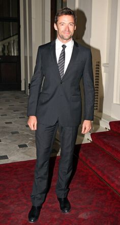 Hugh Jackman se disfraza de corredor de bolsa para complacer a su esposa en la cama. ¡Nos encanta!