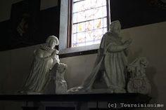 Gizeux église Notre-Dame - 9) : Cette église renferme des statues funéraires (des orants) en marbre blanc sculptées par NICOLAS GUILLAIN (dit Nicolas de Cambray) au XVII°s (elles ont été terminées en 1630). Elles sont celles de René du Bellay (mort en 1606) et de sa femme Marie du Bellay (morte en 1611); et de Martin du Bellay, prince d'Yvetot (mort en 1636) et de Louise de Sapvenières (morte en 1625).