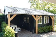 Tuinhuis met veranda, zwart gebeitst met eikenhouten staanders. Geheel op maat gemaakt door Jan de Boer Tuinhuizen.