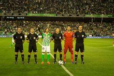 Capitanes y cuerpo arbitral posan antes del partido.