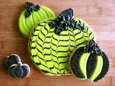 We discovered a few hilariously scary along with adorable tasty recipes and guides to make sweets, appetizers, goodies as well as a lot more - certain to haunt your party guests! Lizy B: Sparkle Striped Pumpkin Cookies! Fall Cookies, Pumpkin Cookies, Iced Cookies, Cookies Et Biscuits, Holiday Cookies, Cupcake Cookies, Cupcakes, Frosted Cookies, Pumpkin Dessert