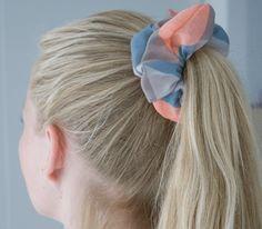 At lave en scrunchies er et kreativt weekendprojekt, som både store og små kan give sig i kast med. Find inspiration på sostrenegrene.com.