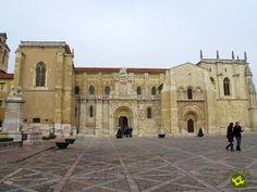 La Real Colegiata de San Isidoro está situada en la plaza de San Isidoro, barrio romántico, cerca de la catedral de León, en pleno casco antiguo. Se erige sobre lo que fue el asentamiento del campamento militar romano de la Legio VII Gemina.