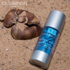 """Ready for the beach? ☀  Wir waren für Euch an einem wundervollen Strand und starten heute mit einer Fotostrecke toller Produkte für den Sommer!  Die Feuchtigkeitskapseln mit """"Falten-Füller-Effekt"""" Hyaluron Filler Caps von DR. GRANDEL glätten sofort sichtbar und versorgen unübertroffen schnell und effektiv die Haut mit viel Feuchtigkeit! #drgrandel #summer #beach #hyaluron #kosmetik #cosmetic #care #daycare"""