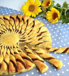 this is in a foreign language but it is really pretty! torta girasole di pasta sfoglia e nutella che meraviglia! Greek Sweets, Greek Desserts, Greek Recipes, Just Desserts, Dessert Recipes, Pastry Dough Recipe, Low Calorie Cake, Greek Pastries, Best Party Food