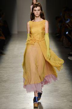 Rochas Spring 2017 Ready-to-Wear Fashion Show - Lea Holzfuss
