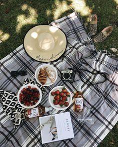 Let's Picnic ♥️ Picnic Date, Beach Picnic, Summer Picnic, Spring Summer, Comida Picnic, Snacking, Romantic Picnics, Party Decoration, Summer Aesthetic