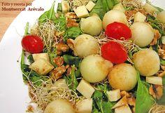 Ensalada de brotes de espinacas, melón, germinados y frutos secos