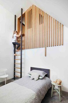 lit surélevé, lit super original, échelle qui mène à la chambre, peinture couleur grise