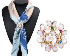 Luxusná zlatá brošňa s tvare kytice s perlami a farebnými kryštálikmi,,.,..