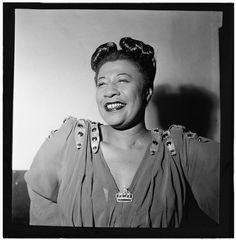 """Ihr Bühnendebüt als Sängerin gab Ella Fitzgerald als 16-Jährige eher unfreiwillig. Als sie bei einem Talentwettbewerb ein Tanzstück aufführen wollte, zitterten ihr auf der Bühne die Beine so sehr, dass sie nicht tanzen konnte - woraufhin sie stattdessen ein Lied anstimmte. Eine folgenreiche Entscheidung: Mit ihrer Drei-Oktaven-Stimme und großem Improvisationstalent insbesondere beim lautmalerischen Scat-Gesang wurde sie im Jazz zur """"First Lady of Song"""" des Jazz gekürt."""