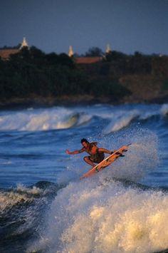 Top 10 Inexpensive Surf Destinations With Great Waves Sri Lanka Surf, Splish Splash, Beach Cottages, Beach Fun, Beach Themes, Golden Gate Bridge, Seaside, Art Photography, Surfing