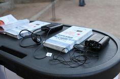 Receptores y folletos preparados para entregar en el Stand de Teatro Accesible.