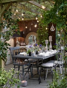Outdoor dining: 11 ideas for alfresco dining at home - - Find out how to transform your garden, terrace or balcony into a gorgeous outdoor dining space with these clever ideas:. Small Terrace, Terrace Garden, Garden Spaces, Outdoor Rooms, Outdoor Dining, Outdoor Furniture Sets, Outdoor Decor, Outdoor Kitchens, Outdoor Areas