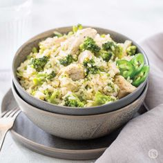 Say cheese! This simple skillet recipe is the perfect dish for Sunday dinner. Weeknight Meals, Easy Meals, Tastefully Simple Recipes, Chicken Broccoli Rice, Skillet Meals, Cheesy Chicken, Cheese Ball, Lunch, Stuffed Peppers