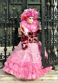 CARNAVAL DE VENISE ROSE Venice Carnival Costumes, Carnival Date, Venetian Carnival Masks, Carnival Of Venice, Costume Venitien, Venice Carnivale, Pink Costume, Beautiful Mask, Masquerade Ball