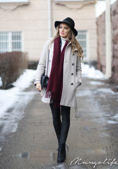❤ Grey short trench coat, white turtleneck sweater, black skinny jeans, booties & shoulder bag, burgundy oblong scarf