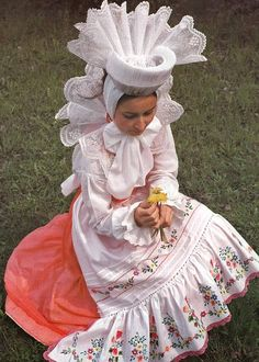 -Folk costume from Biskupin, Poland. Art Costume, Folk Costume, Costume Dress, Polish Embroidery, Folk Embroidery, Polish To English, Polish Folk Art, Costumes Around The World, Folk Clothing