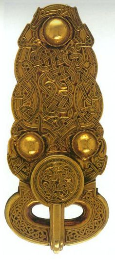 """✯ New Zealanders will immediately recognise the stylised facial features shown on this belt buckle from Sutton Hoo in England as very similar to what's seen in Maori carving. A Scandinavian burial ship was also excavated on the same English site. On the above artefact a """"High Hat"""" is depicted above the """"Tiki-type"""" face. The high hat or extended forehead representations of the """"Tiki"""" figurines is very prevalent in Oceania or Egypt, but somewhat less common in New Zealand.✯"""