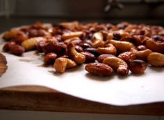 salted caramel toasted nuts Healthy Appetizers, Healthy Treats, Petite Kitchen, Sweet Recipes, Snack Recipes, Primal Recipes, Ppr, Diet Snacks, Appetisers