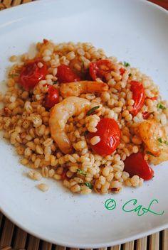 Insalata di orzo con gamberi e pomodorini datterino Raw Food Recipes, Seafood Recipes, Pasta Recipes, Italian Recipes, Vegetarian Recipes, Cooking Recipes, Healthy Recipes, I Love Food, Good Food