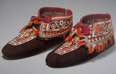 Woman's moccasins, made by the Huron peoples of Wendake Quebec, dating from 1790. Made with native-tanned and dyed skin, deer and moosehair, porcupine quill, silk ribbons and metal. Ralph T.Coe Collection of American Indian Art | Nomadic Songlines -