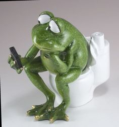 Frog texting on toilet figurine/statue. Funny Frogs, Cute Frogs, Citations Photo, Whites Tree Frog, Sapo Meme, Funny Animals, Cute Animals, Frog Pictures, Frog Art