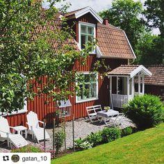 @gatan_10 Swedish Cottage, Red Cottage, Swedish House, Garden Cottage, Cottage Style, Scandinavian Garden, Red Houses, Green Windows, Recycled Garden