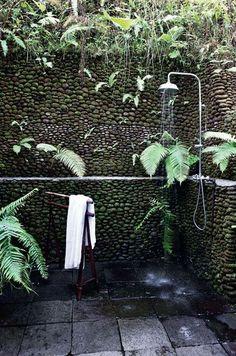 Une douche esprit jungle à ciel ouvert