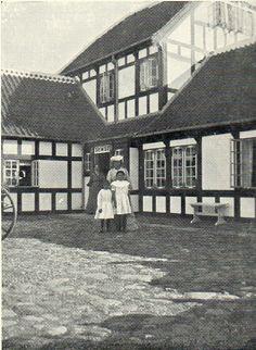 Frederikke Tuxen med Laurits Tuxens døtre af 1. ægteskab med Ursule de Baiseux ved villaen Dagminne.