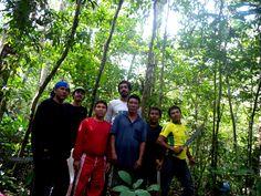 Equipe na floresta durante o primeiro trecho da expedição. Foto: Estevão Senra/ISA. Leia o diário de viagem completo e veja outras imagens da Expedição Rio dos Veados > isa.to/1ag7MYF