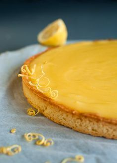 Invitation au fait maison: Tarte au citron, un pur délice ! Lemon Desserts, Dessert Recipes, Desserts With Biscuits, Lemon Curd, Sweet Recipes, French Recipes, Food And Drink, Cooking Recipes, Yummy Food