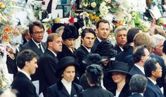 Guests attending Diana, Princess of Wales's funeral at Westminster Abbey on September 1997 include Tom Hanks, Tom Cruise and Nicole Kidman. Get premium, high resolution news photos at Getty Images Funeral Da Princesa Diana, Princess Diana Funeral, Royal Princess, Princess Of Wales, Royal Family Trees, English Royal Family, Diana Fashion, Princes Diana, Lady Diana Spencer