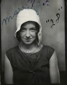 vintage photo booth pic of young woman in a flapper hat. Vintage Pictures, Old Pictures, Old Photos, 1920s Photos, Vintage Photographs, Vintage Magazine, Vintage Photo Booths, Collage, Mug Shots