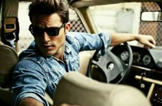 Another denim shirt that looks good because i fits well. Poses Pour Photoshoot, Male Photoshoot, Car Poses, Style Masculin, Photography Poses For Men, Gorgeous Men, Sexy Men, Mens Fashion, Street Fashion